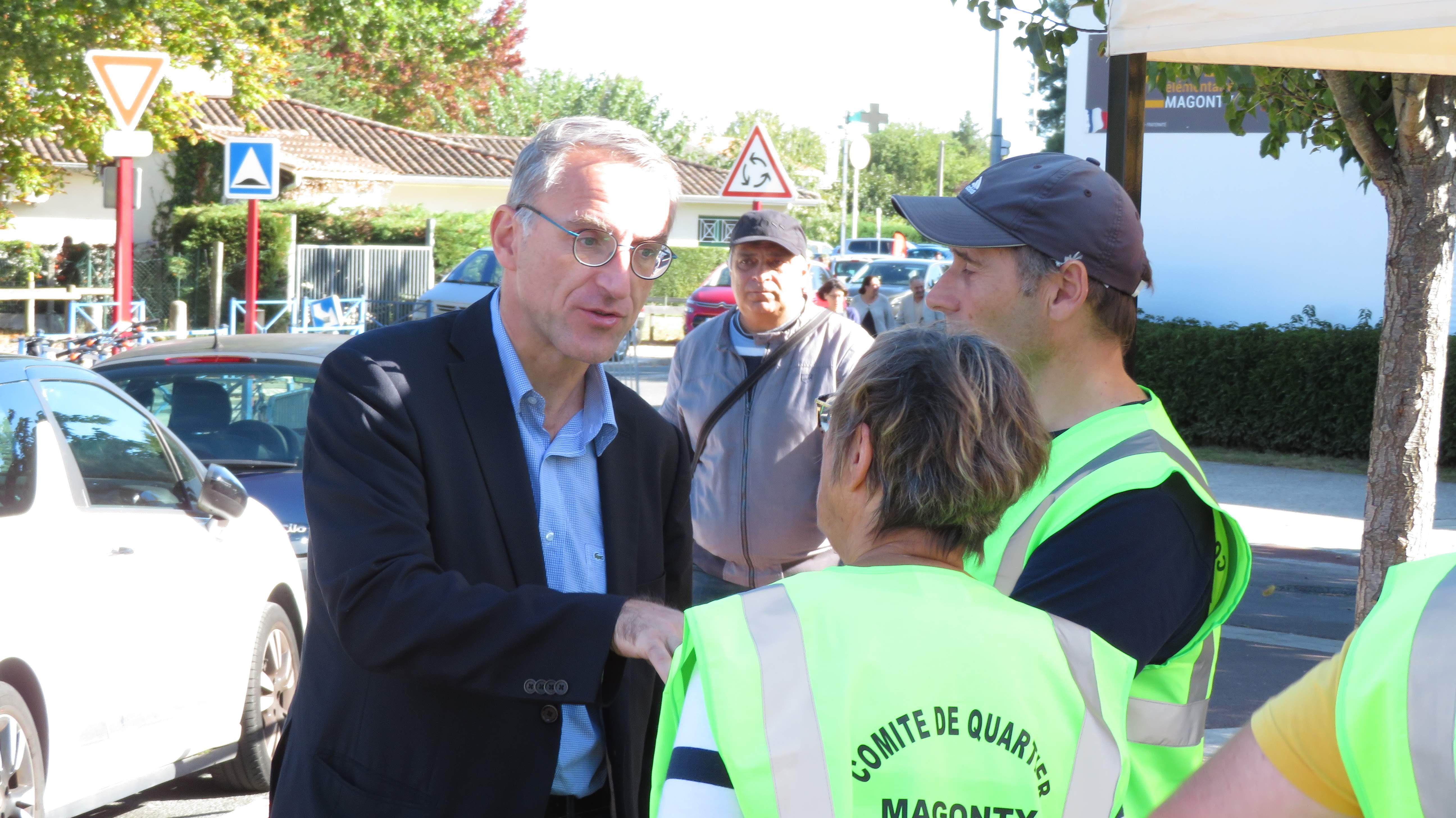 Notre maire, Franck Raynal parle avec notre présidente du comité, Marie-Perre Lafarge