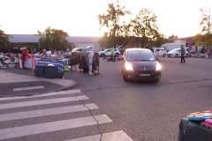 Les voitures sortent pour laisser passer les gens